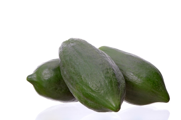 Papajafruit op witte achtergrond, ingrediënt kruidige groene papajasalade of somtum wordt geïsoleerd beroemd voedsel in thailand