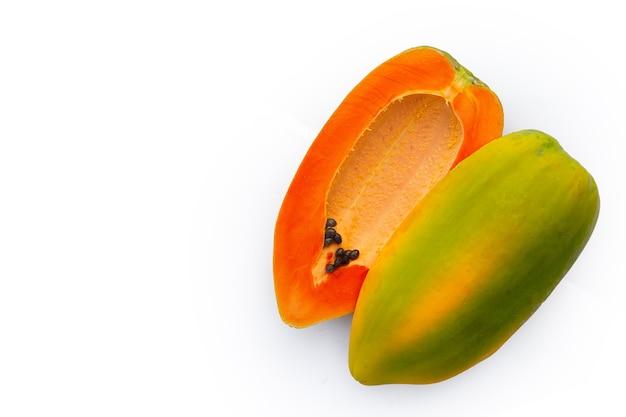 Papajafruit op witte achtergrond.
