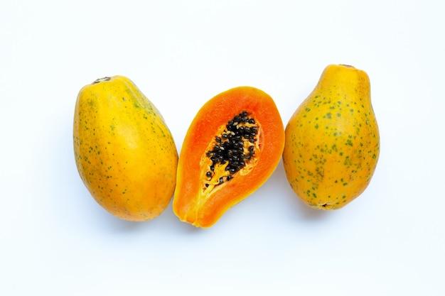 Papajafruit op witte ondergrond.