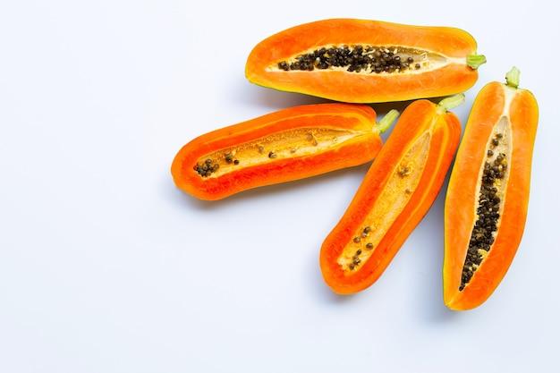 Papajafruit op witte ondergrond