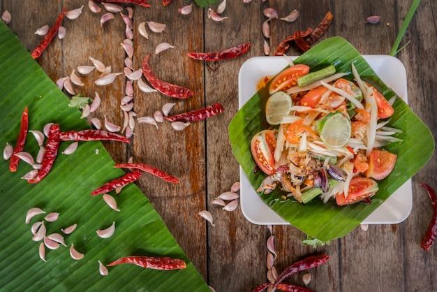 Papajasalade of som tam in een bord met ingrediënt