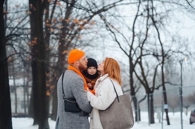 Papamoeder en baby in het park in de winter