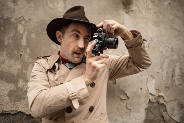 Paparazzo-fotograaf die camera in een stadsstraat met behulp van