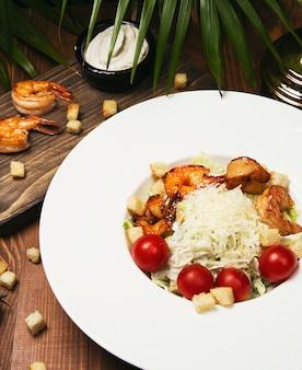 Papaya crevettes salades met tomaten - zeevruchten met verse garnalen, kokkels met pikante saus -