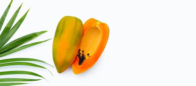 Papaya fruit met tropische palmbladeren op met achtergrond. bovenaanzicht