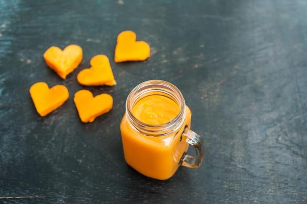 Papaya snijvorm van het hart. smoothies. de platliggende structuur. hou van concept. valentijnsdag