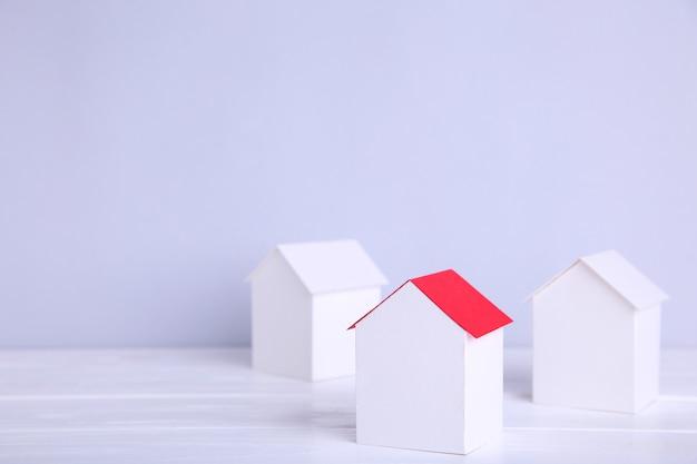 Paper town. papercraft house en papercraft building.