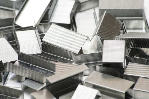 Paperclips van een nietmachine op een afgelegen wit