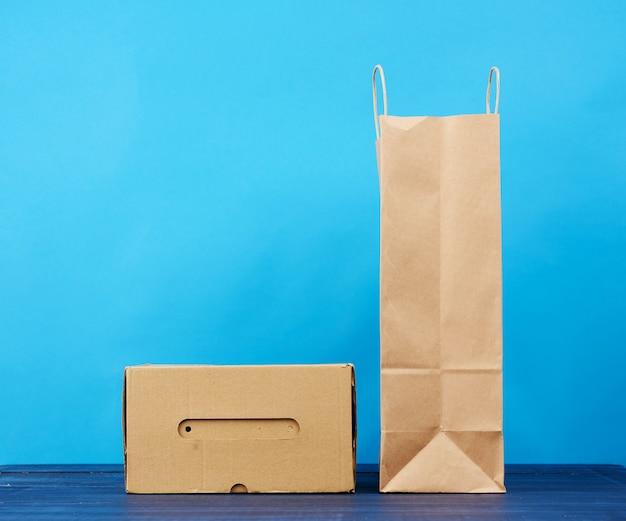 Paperr doos en bruine papieren zak met handvatten