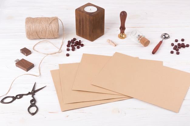 Papers in de buurt van een schaar, wendingen, kaars en usb-flashdrive