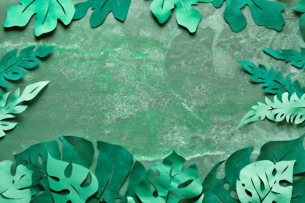 Papier ambachtelijke achtergrond, frame met exotische tropische bladeren met tekstruimte op donker