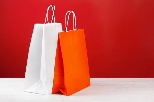 Papier boodschappentassen met kopie ruimte op rode achtergrond