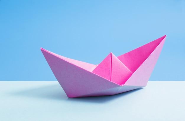 Papier boot op blauw papier achtergrond