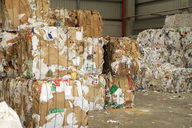 Papier en karton in stock, klaar voor recycling
