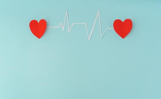 Papier gesneden van cardiogram van het hartritme voor valentijnsdag.