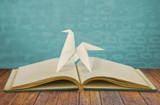 Papier gesneden van jaar van het paard 2014 op oud boek