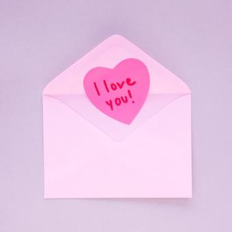 Papier hart met ik hou van je inschrijving in de envelop