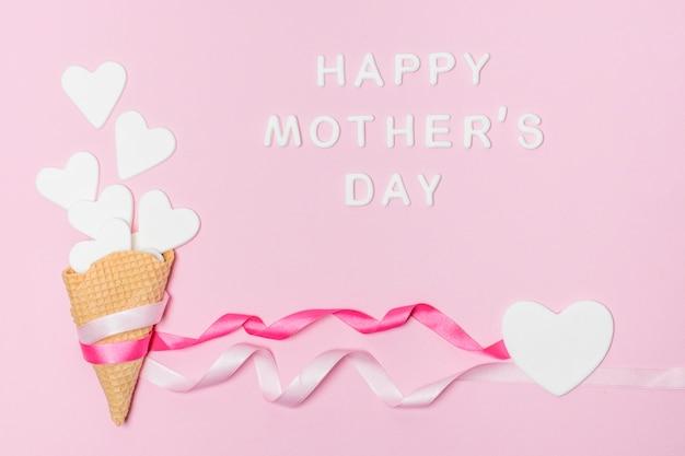 Papier harten in wafel stokken in de buurt van gelukkige moederdag titel