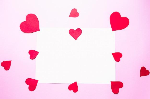 Papier harten op een roze achtergrond valentijnsdag concept