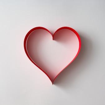 Papier hartvorm decoratie op wit oppervlak