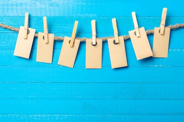 Papier hechten aan touw met wasknijpers op houten