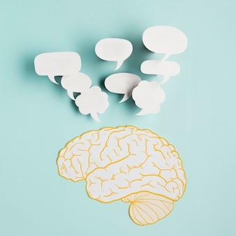 Papier hersenen met praatjebellen