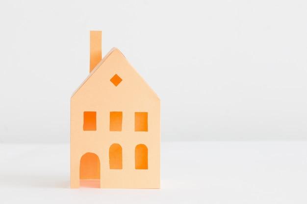 Papier huis geïsoleerd op wit