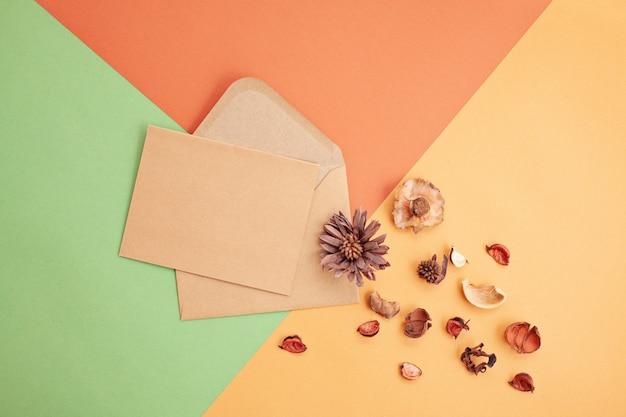 Papier in herfstpastelkleuren met decoratie en exemplaarruimte