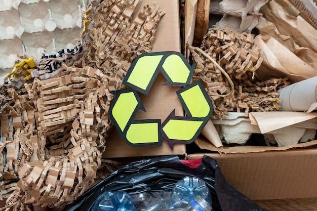 Papier, karton, cartoon gebruikt afval met een recyclingbord