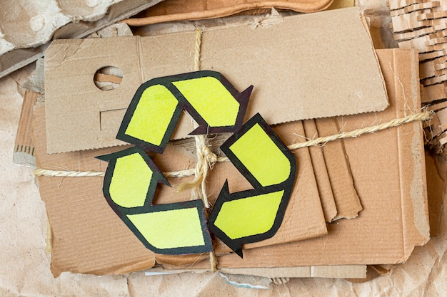 Papier, karton, karton gebruikt afval met een recyclingbord