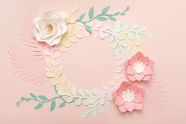 Papier kunst roze achtergrond met bloemen en tropische bladeren. mode bloemen wenskaart.