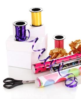 Papier, lint en strikken voor cadeautjes geïsoleerd wit