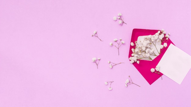 Papier met envelop en bloem takken op tafel