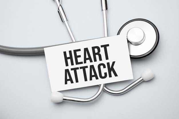 Papier met hartaanval op een tafel en grijze stethoscoop