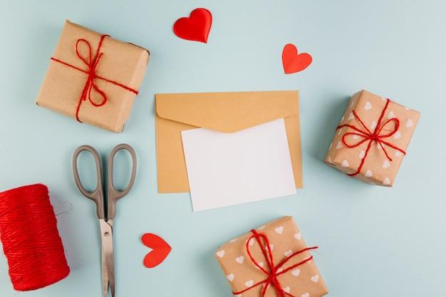 Papier met kleine geschenkdozen en harten