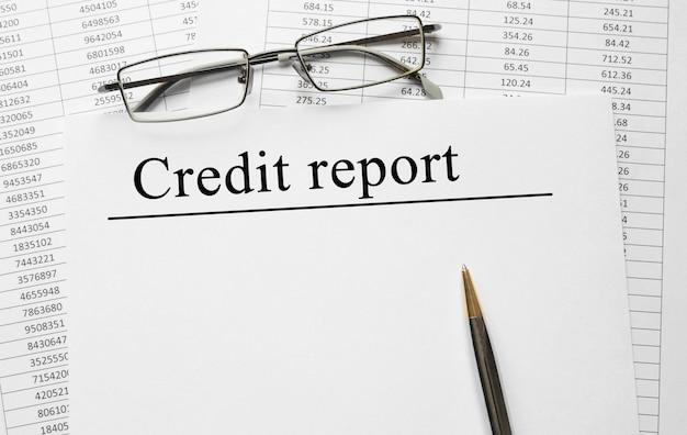 Papier met kredietrapport op een tafel