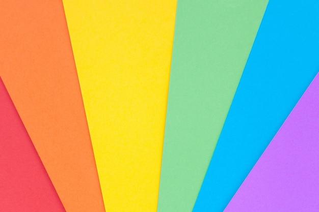 Papier met lgbt-kleuren als achtergrond. regenboog kleuren. trots gemeenschap.