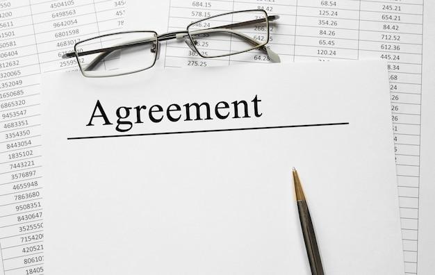 Papier met overeenkomst op een tafel, bedrijfsconcept