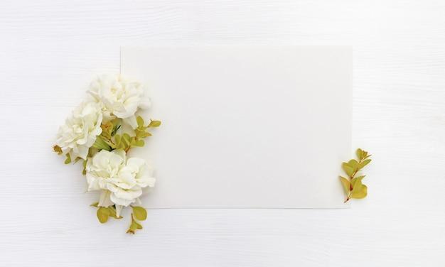 Papier met witte bloemen