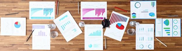 Papier met zakelijke grafiek op houten kantoor tafel