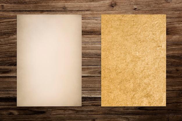 Papier mockup ingesteld op hout achtergrond