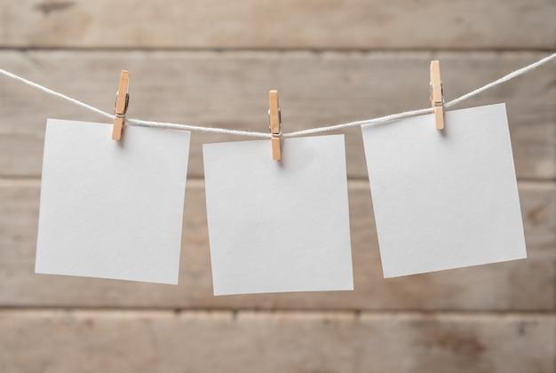 Papier op wasknijpers