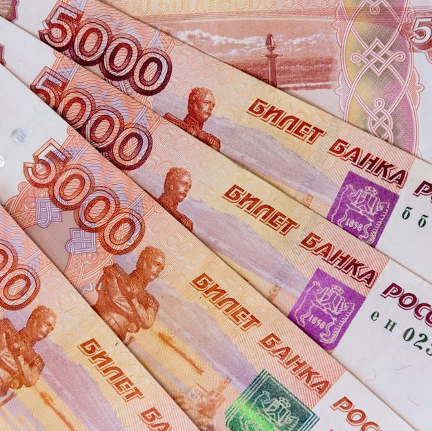 Papier russische vijfduizendste roebel geld bovenaanzicht van een close-up