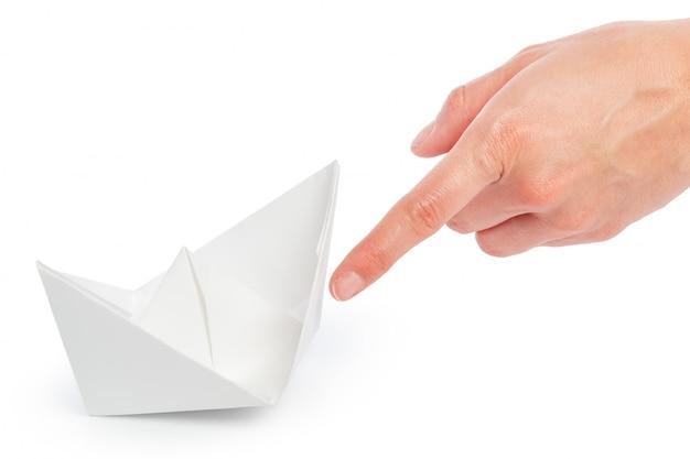 Papier schip in een vrouwelijke hand