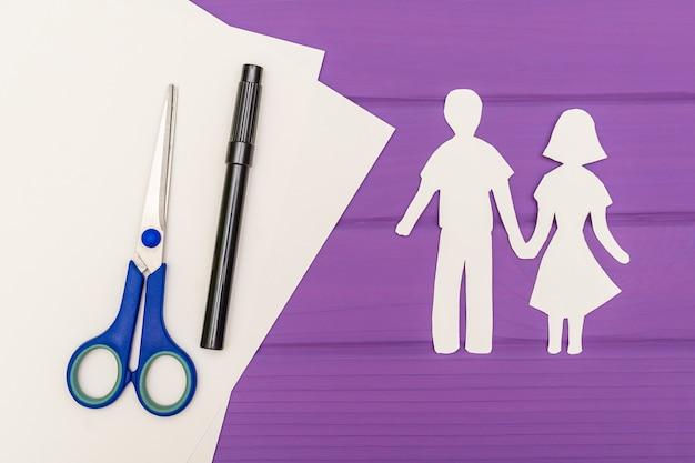Papier silhouet van man en vrouw hand in hand