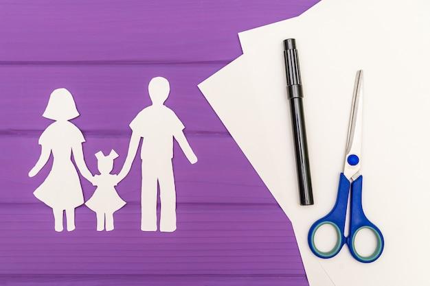 Papier silhouet van man en vrouw met kind