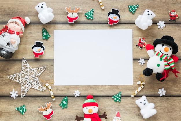 Papier tussen kerstspeelgoed
