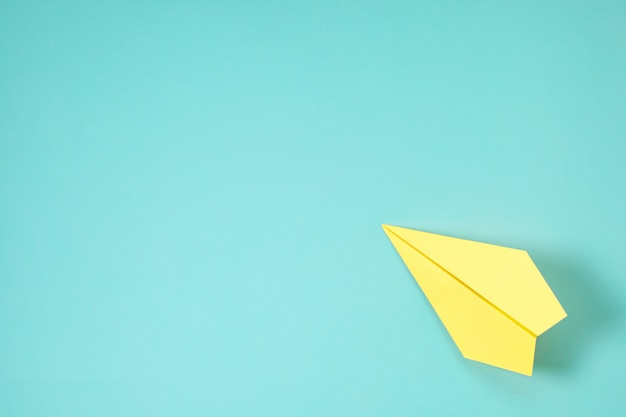 Papier vliegtuig op blauwe achtergrond