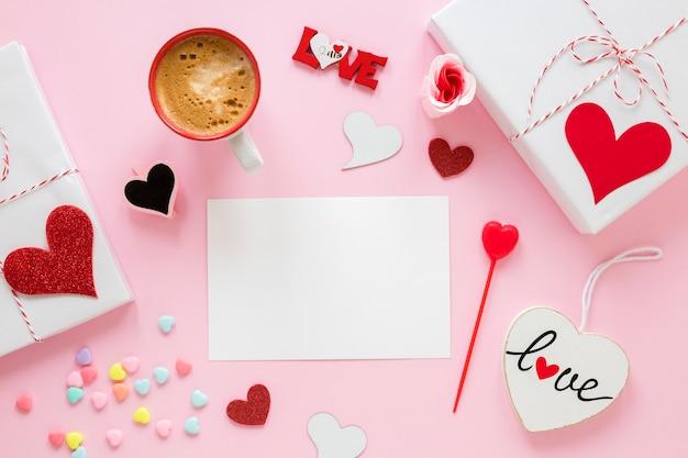 Papier voor valentijnskaarten met koffie en cadeau