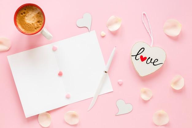 Papier voor valentijnskaarten met koffie en pen